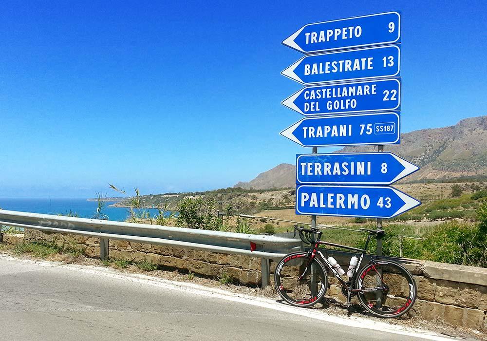 Op de fiets in de buurt van het kustplaatsje Trappeto