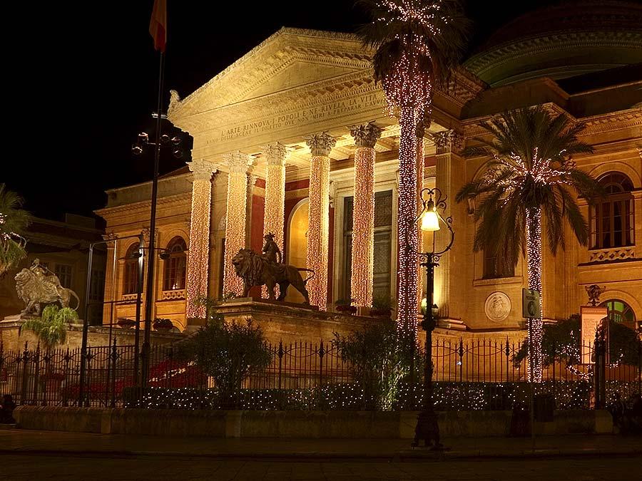 Het Teatro Massimo in Palermo in kerstsfeer