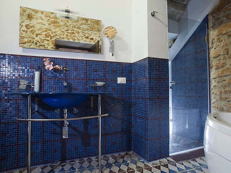 The en-suite bathroom of Appartamento Nocellara