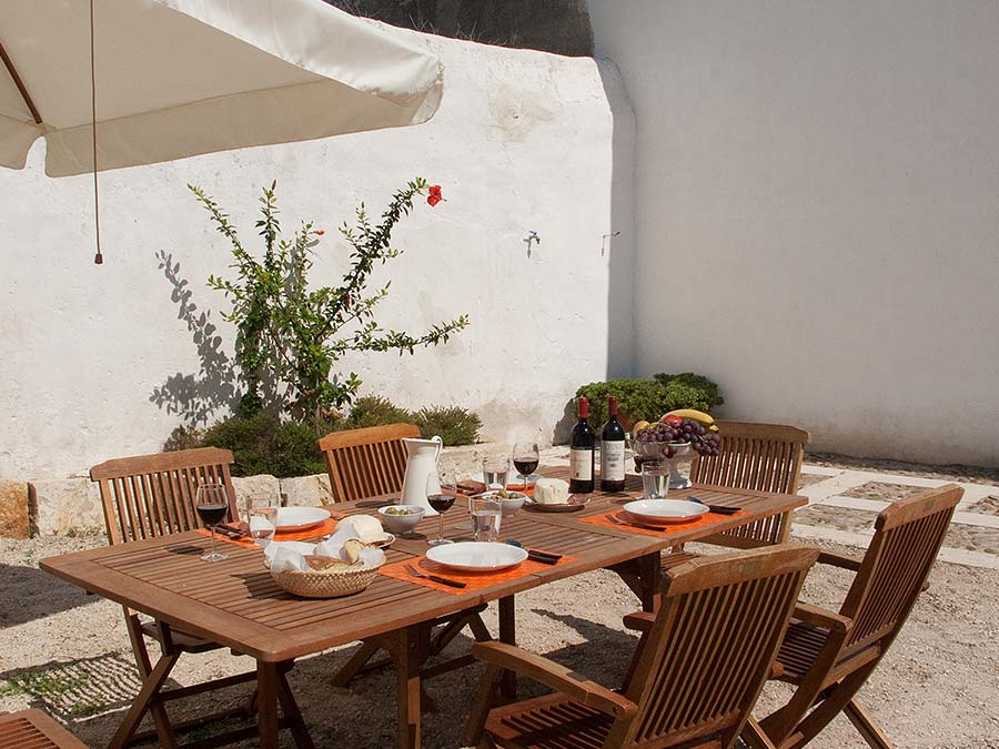 Having lunch in front of Casa del Monsù